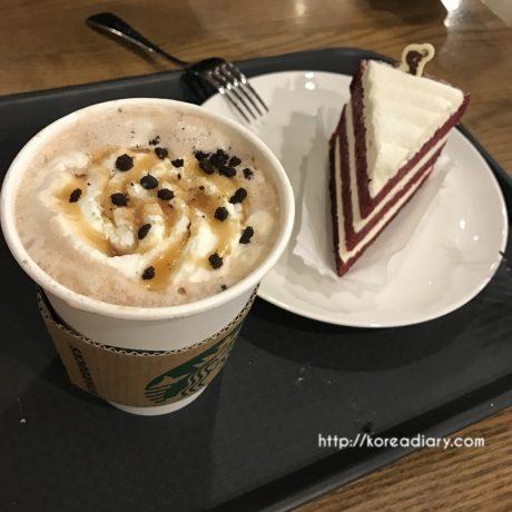 韓国スタバ カラメルクランブルモカとレッドベルベットケーキ。