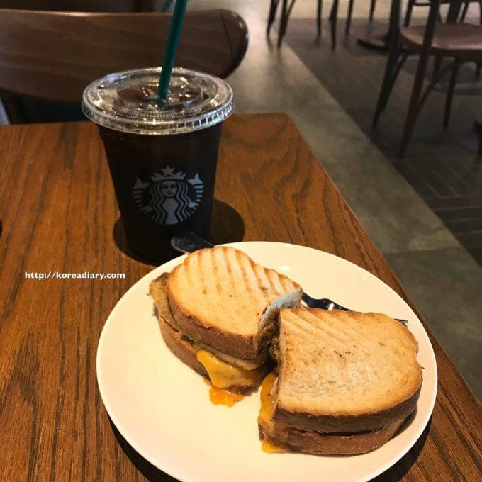 韓国らしい韓国スタバのサンドイッチ♪ピーナッツバナナサンドイッチ