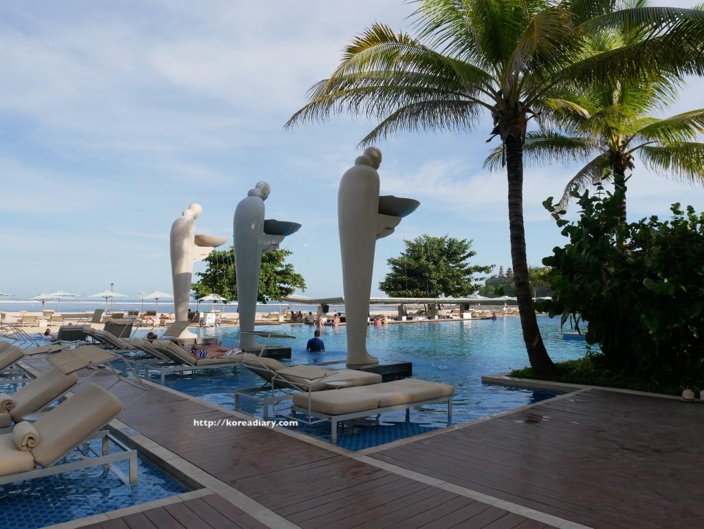 ムリアリゾートの大きなプール♪Mulia Resort