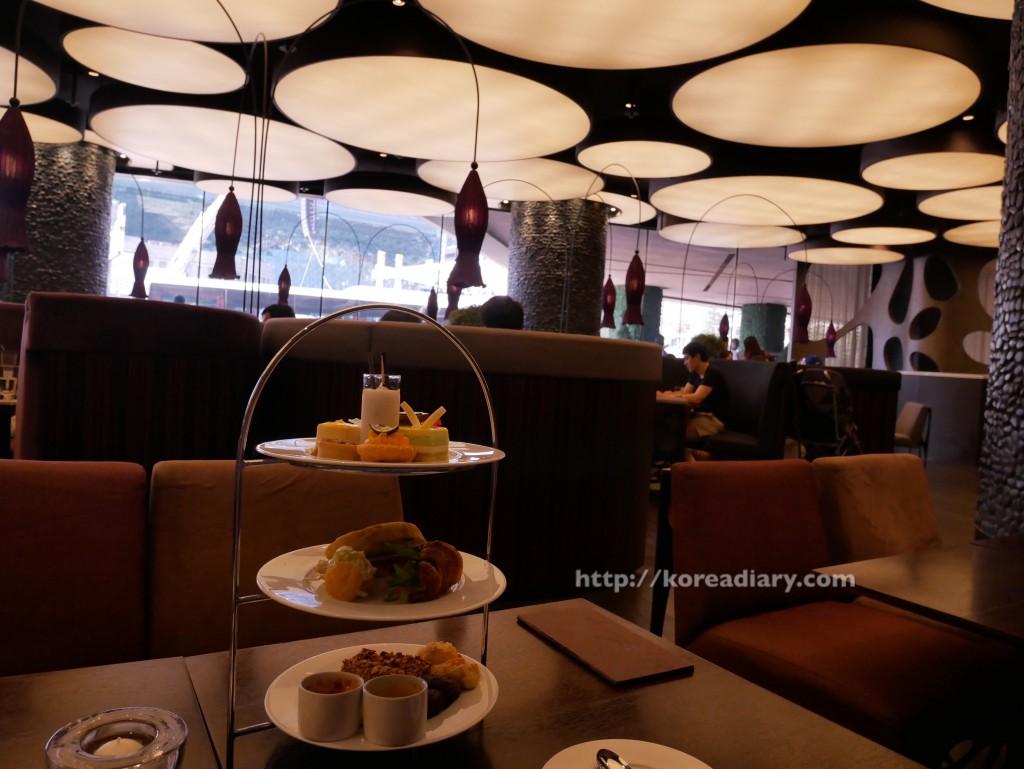 ザ・プラザホテル THE LOUNGEでアフタヌーンティ。