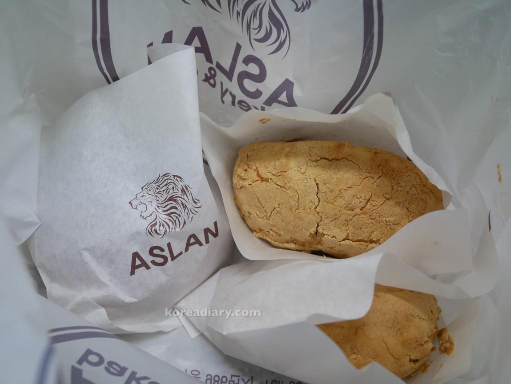 釜山のベーカリーカフェASLANのインジョルミパンを食べてみる。