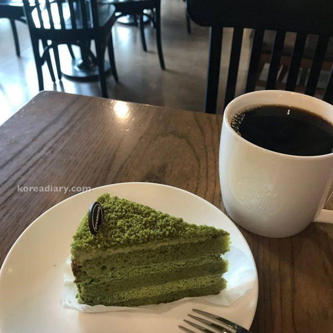 韓国スタバの濃い緑茶生クリームケーキ。