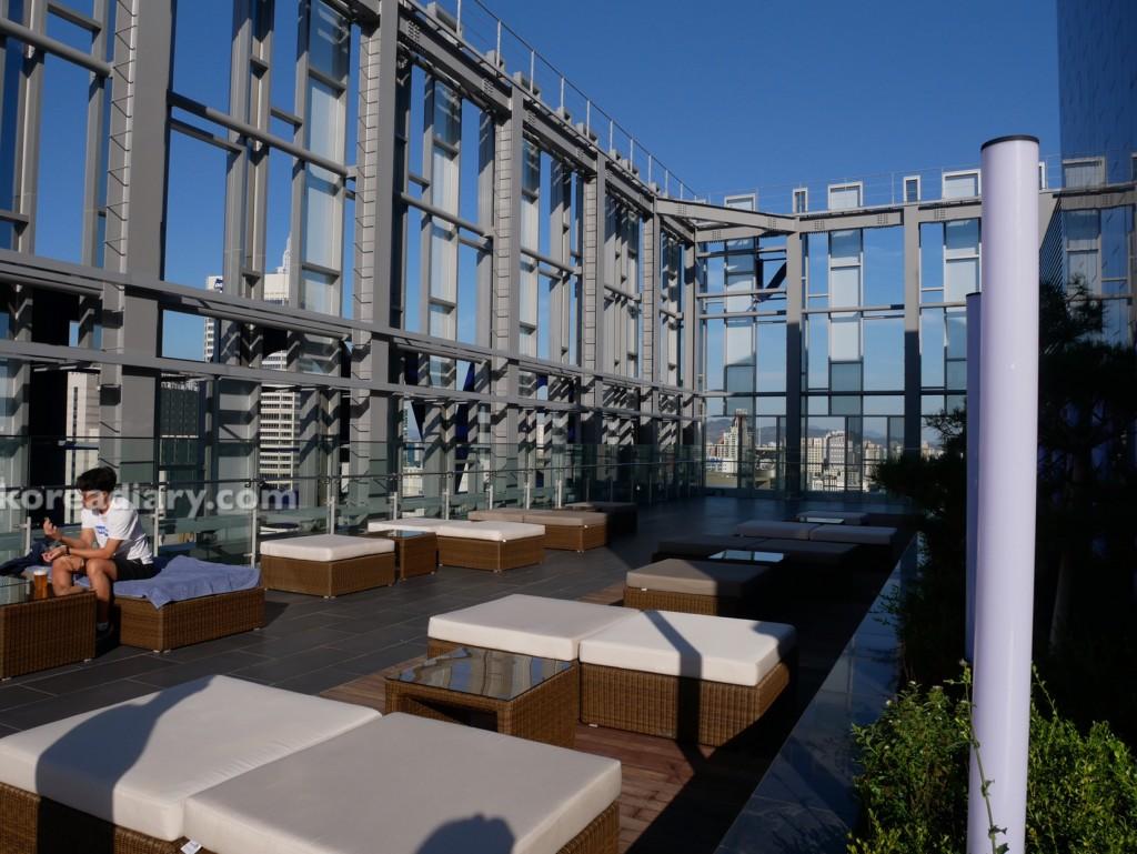 ノボテルアンバサダーソウル東大門の屋外プールと室内プール。