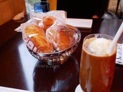 ロッテホテルのデリのパンをロビーラウンジで。
