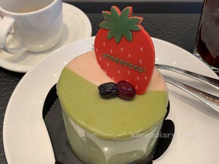 韓国スタバ チーズに惚れたイチゴ緑茶ケーキ。