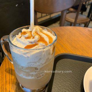韓国スタバ新作 ダークカラメルコーヒーフラペチーノ