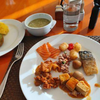 ヘビチホテルの朝食、バーで一杯。