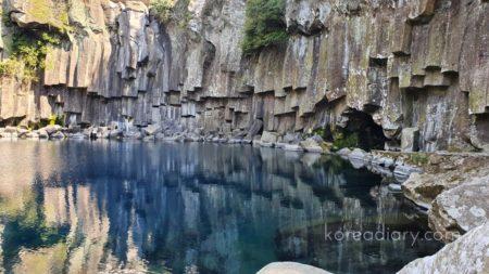済州島 天帝淵の滝でマイナスイオンを感じる。
